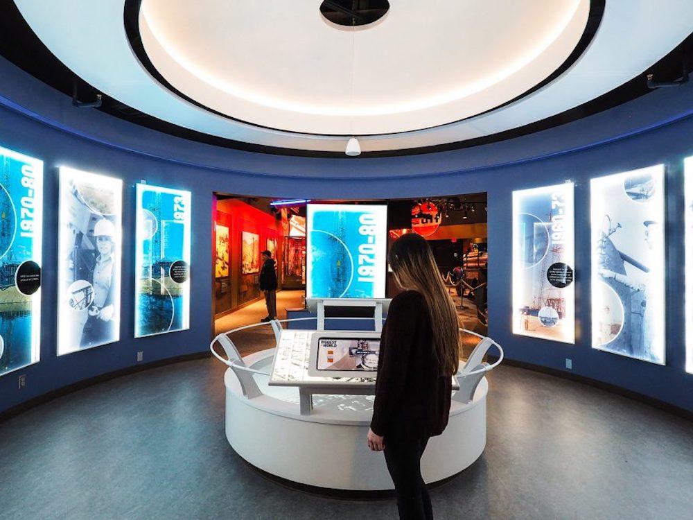 Interaktion an einer der dafür vorgesehenen 19 Stationen im Museum (Foto: Mood Media)