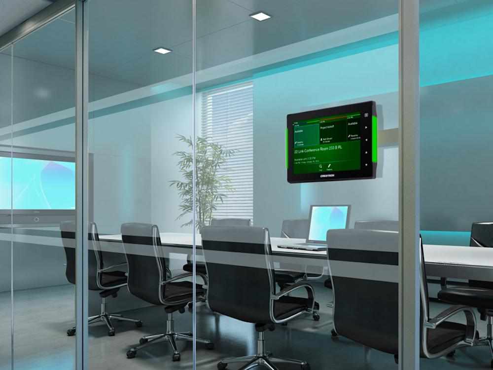 Klare Info-Lösung auf Glaswand installiert – neues Crestron Raumbuchungssystem mit Touchscreen TSS-752 (Foto / Rendering: Crestron)