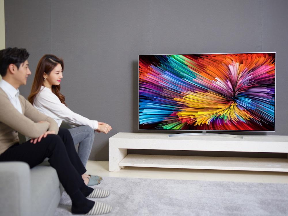 Nutzer vor einem Super Ultra HD TV (Foto: LG)