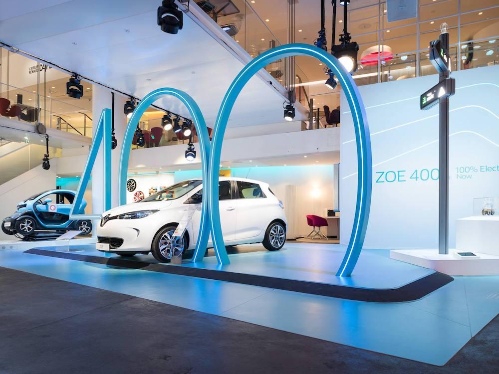 Rechts im Bild ein iGirouette im noblen Renault Showroom (Foto: Charvet Digital Media)