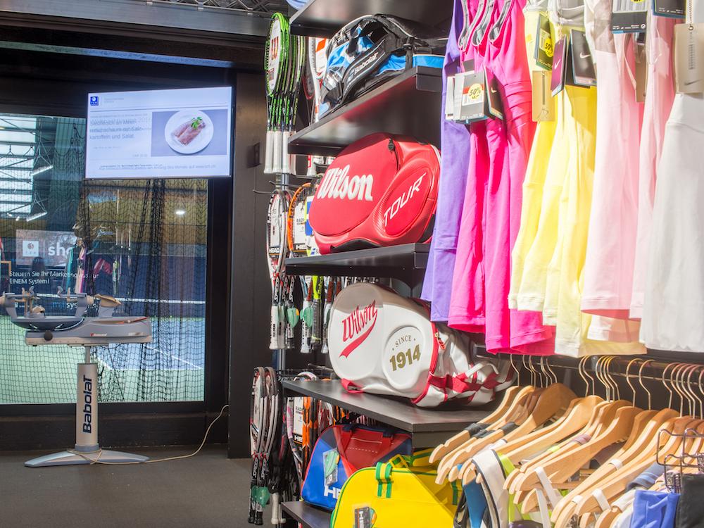 Screen im Shop des Tennis Zentrum Horgen (Foto: Littlebit)