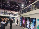 Auf der Empore zeigt LG einen LED Film , der auf der Glasbalustrade angebracht ist (Foto: invidis)