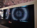 Der OLED Twister zeigt mit acht Flexible Open Frame OLEDs, wie man Video Walls sowohl konkav wie konvex nutzen kann (Foto: invidis)