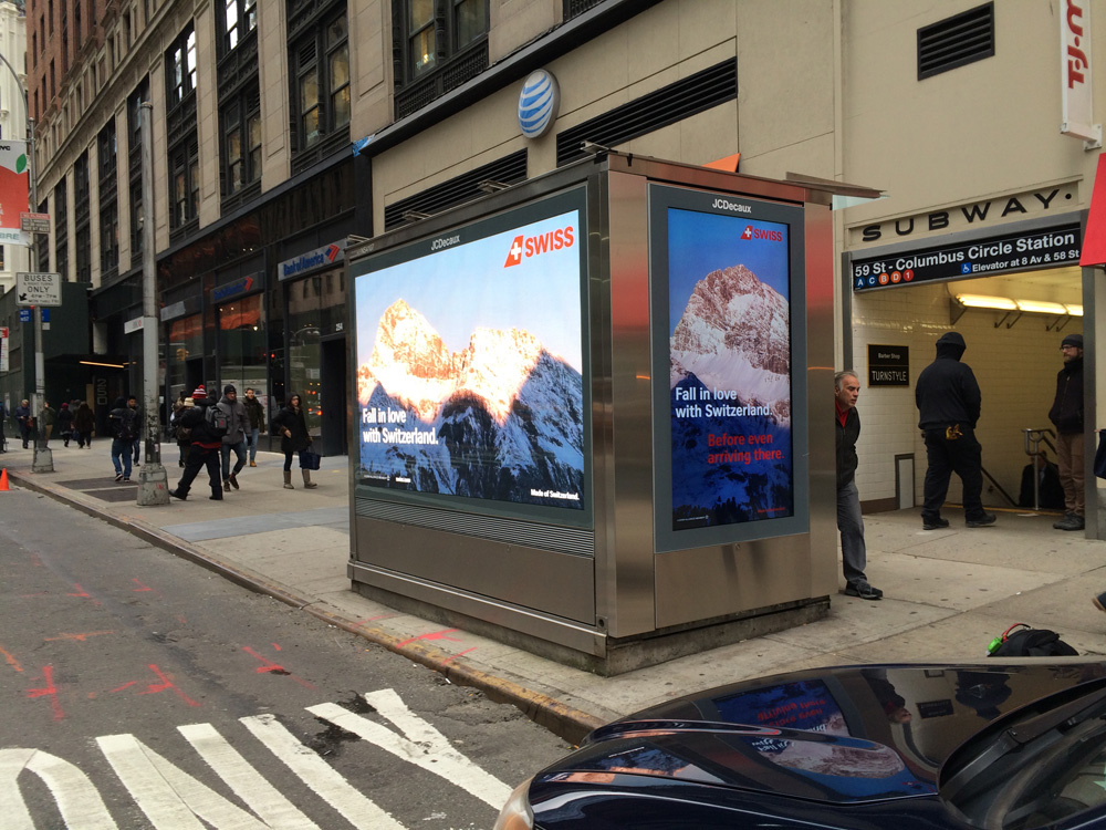 DooH Werbung der Airline SWISS auf grossem LED SCreen an einem der News Stands in Manhattan (Foto: AOTO)