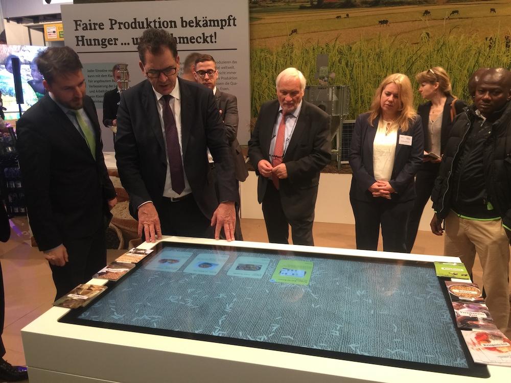 Interaktiver Messestand auf der Grünen Woche – Entwicklungshilfeminister Gerd Müller bei der Einweihung (Foto: Garamantis Interactive Technologies)