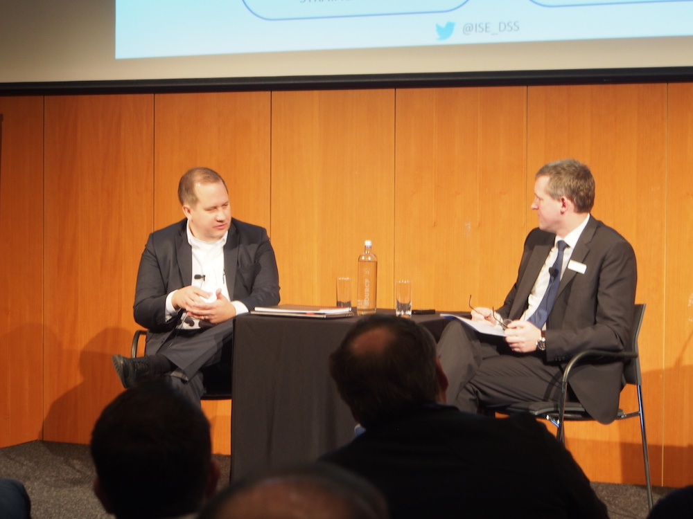 Stratacache CEO Chris Riegel und Florian Rotberg beim Fireplace Talk (Foto: invidis)