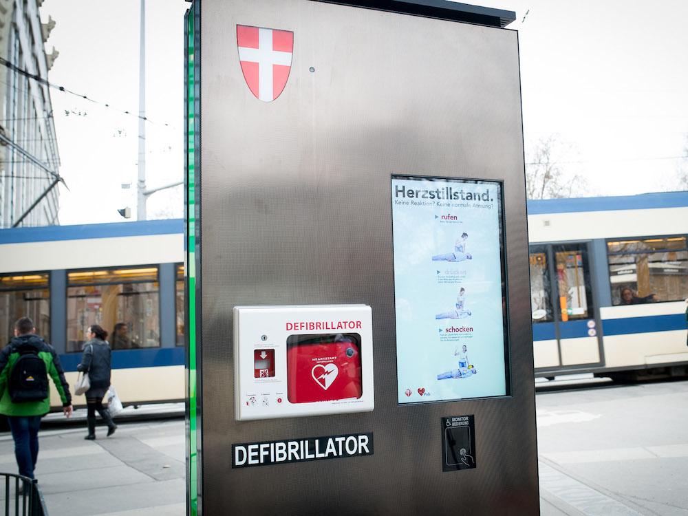 Auf der einen Seite ein Werbe-Screen, auf der anderen ein Defi samt digitaler Anleitung (Foto: Gewista)