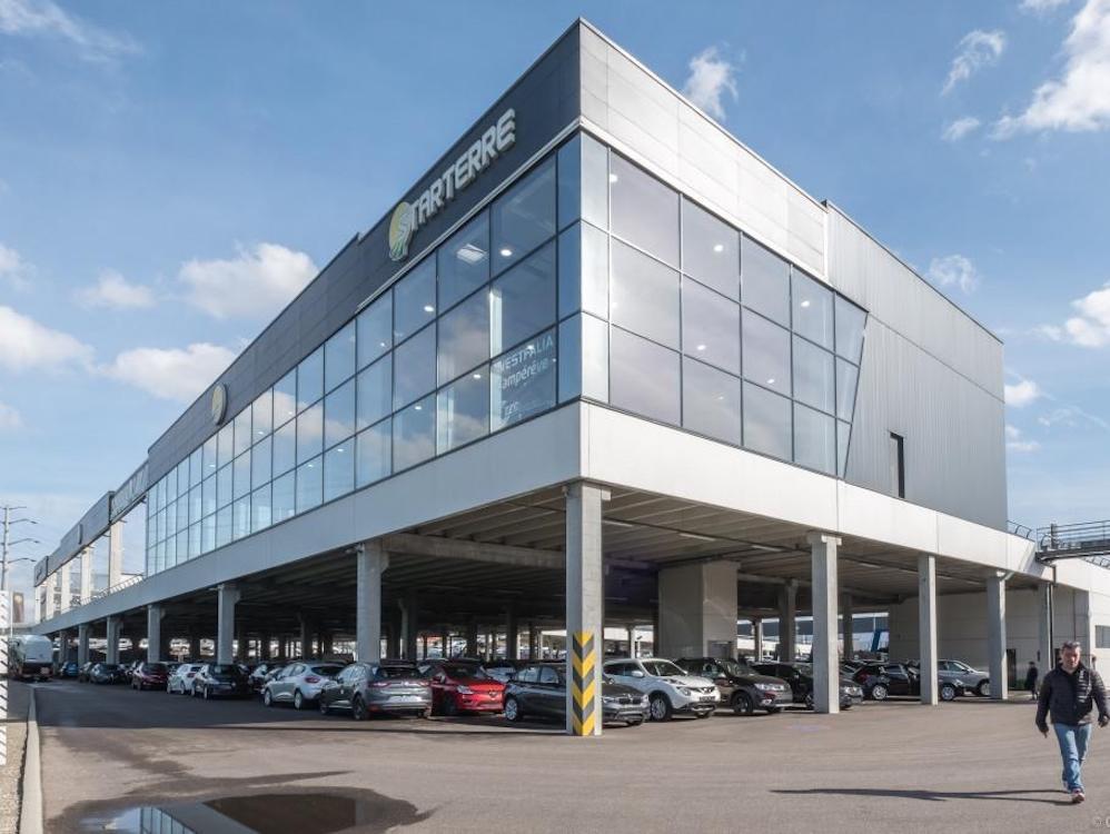 Autohaus Starterre – im ersten Stock befindet sich der Showroom (Foto: Absen)