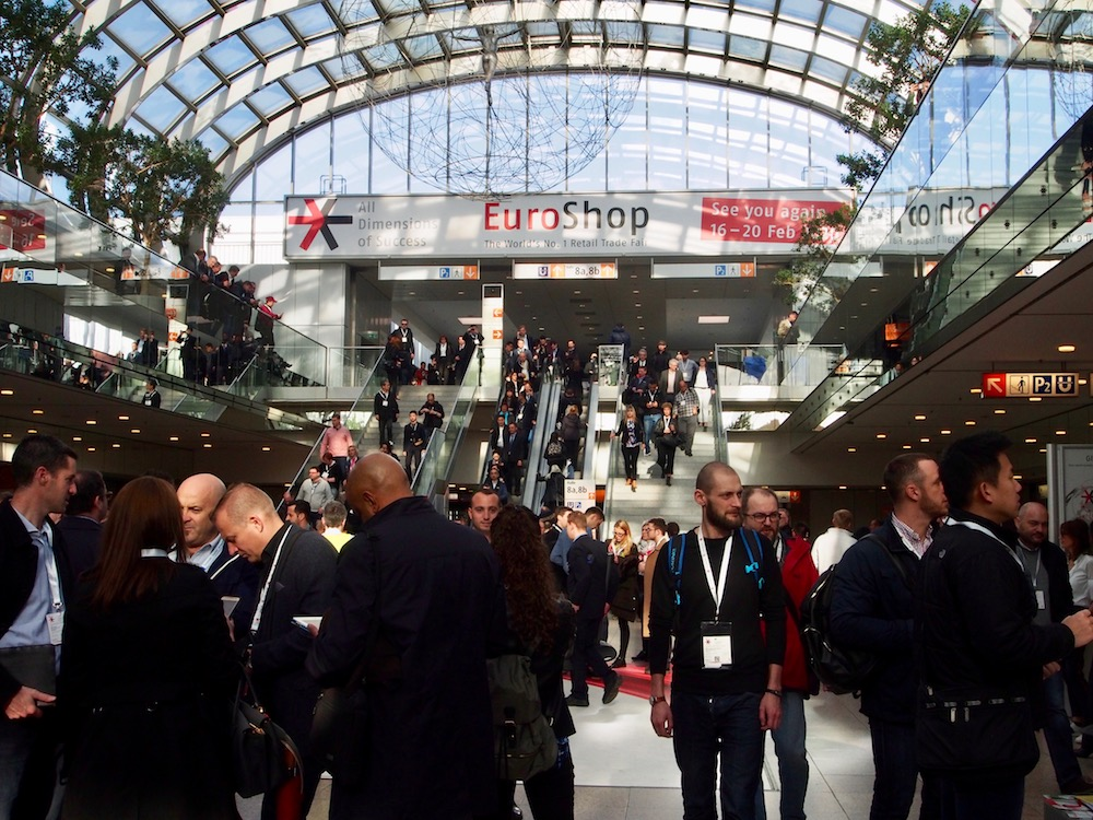 Besucher auf der EuroShop (Foto: invidis)