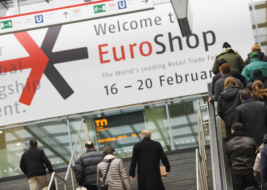 Besucher der letzten EuroShop vor dem Eingang zur Messe (Foto: Messe Düsseldorf / Constanze Tillmann)