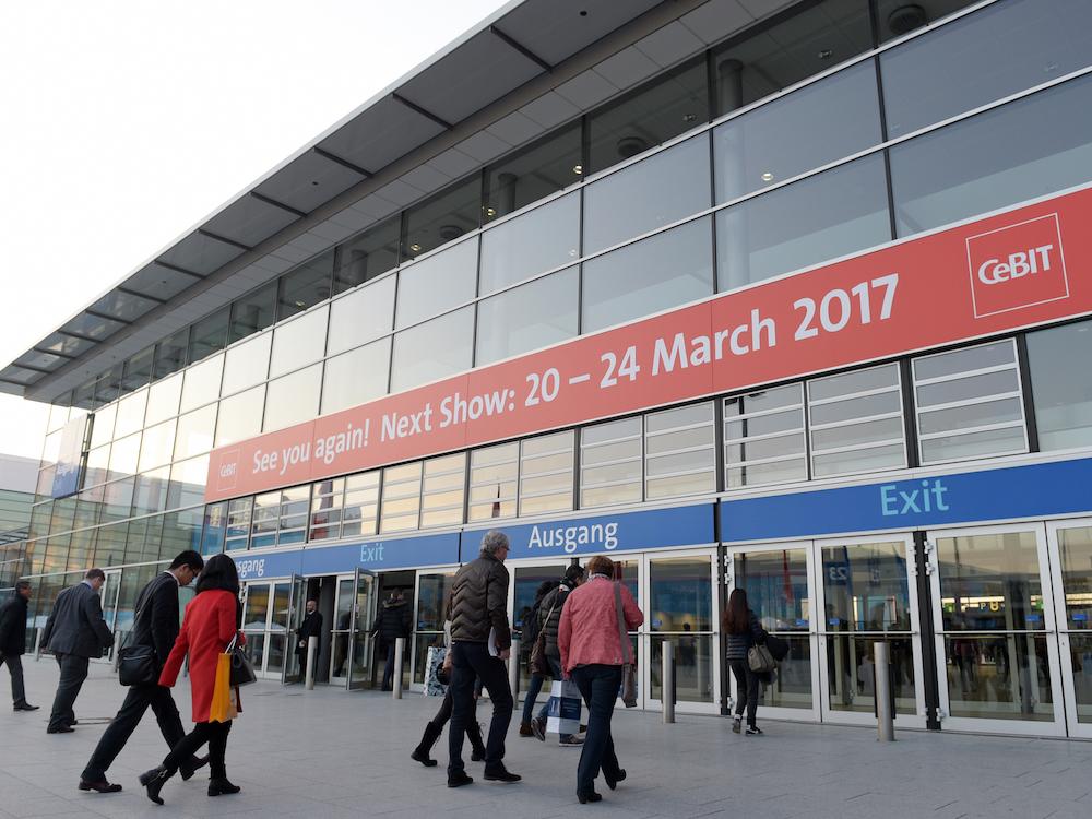 Besucher vor dem Eingang zur CeBIT (Foto: CeBIT / Deutsche Messe AG)