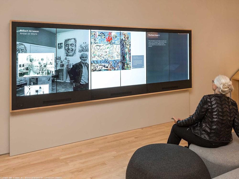 Besucherin im SFMOMA vor einer Video Wall (Foto: Planar)