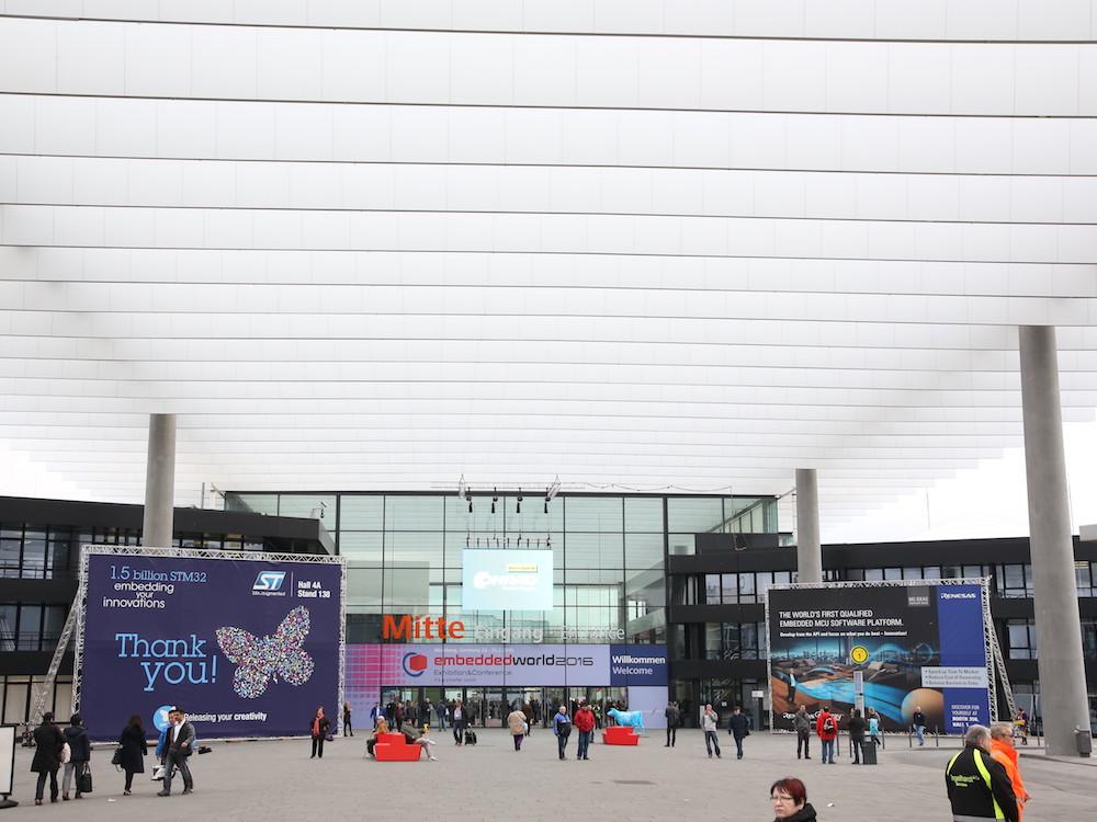 Embedded World – Besucher vor dem Eingang der Messe (Foto: NürnbergMesse)