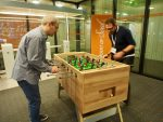 Journalisten bei der Arbeit am Ball – analoger Kicker im Pressezentrum (Foto: invidis)