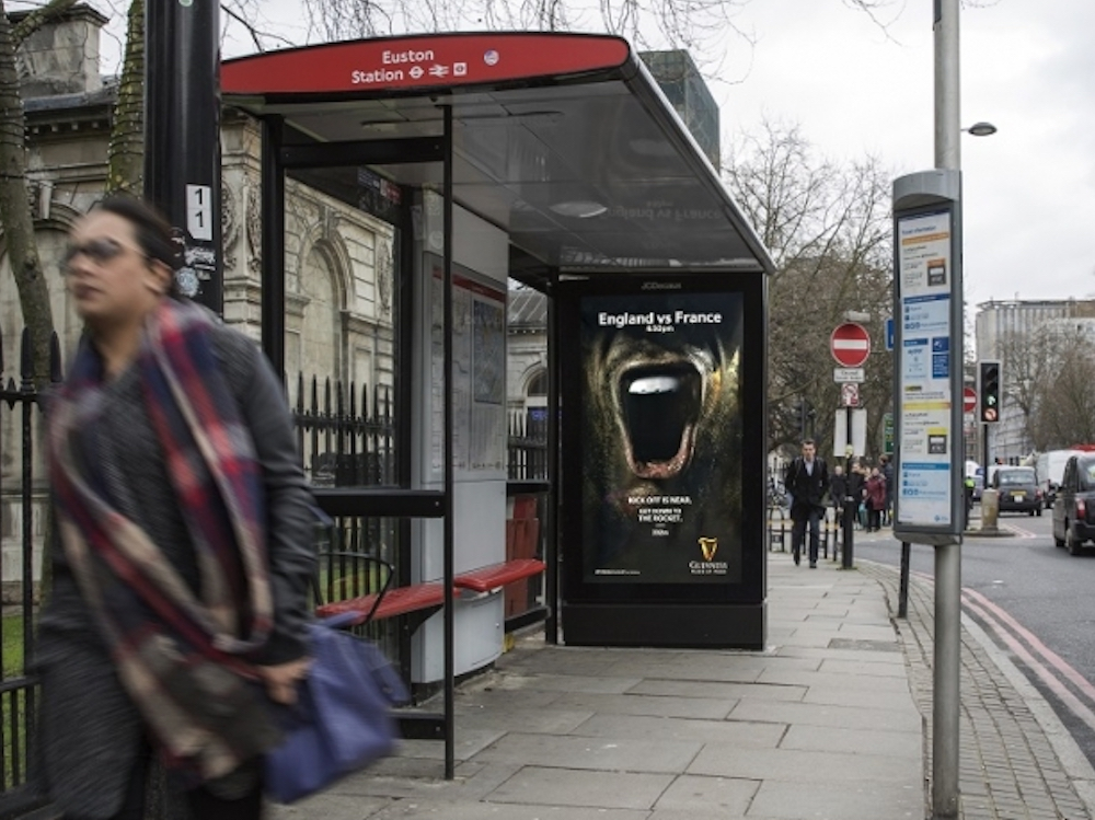 Six Nations-Kampagne von Guiness an einer Bushaltestelle in London (Foto: JCDecaux)