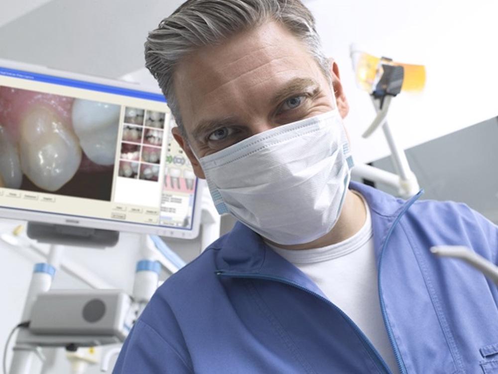 Zahnarzt bei der Arbeit (Foto: Barco)