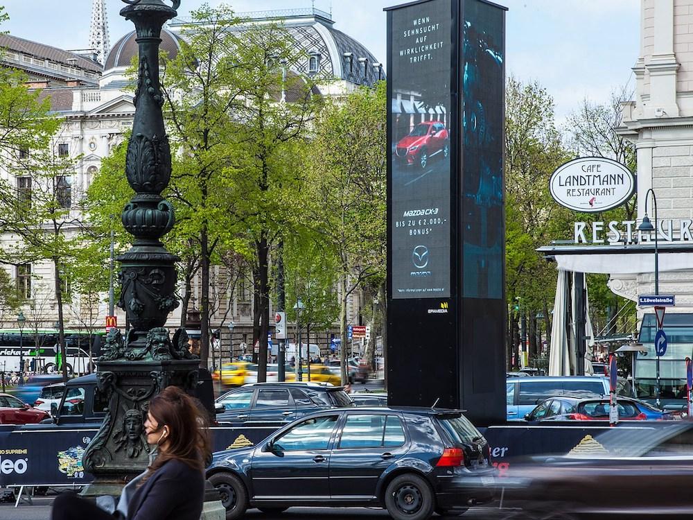 Digitaler Blickfang – der Epamedia LED Tower vor dem berühmten Café Lanzmann (Foto: Epamedia)