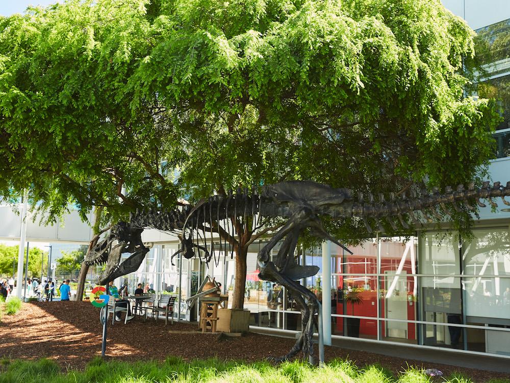 Dinosaurierer im Garten des Google HQ Googleplex (Foto: Google)