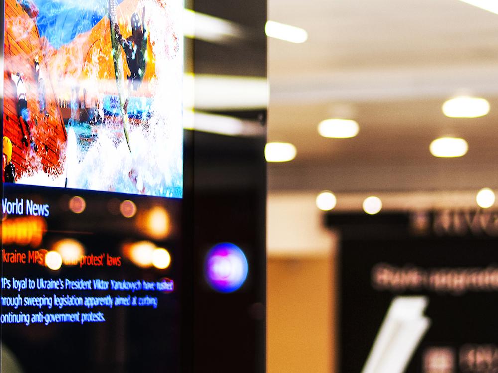 Elevision Screen in der Lobby eines Hochhauses (Foto: Elevision Media)