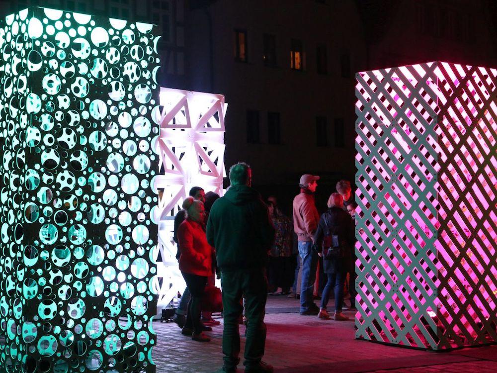 Lighting und Show Panels gestalteten Leonbergs Marktplatz kreativ um (Foto: Gahrens + Battermann)