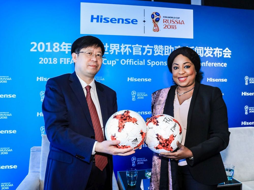 Liu Hongxin, Präsident Hisense Group, (l.) und FIFA Generalsekretärin Fatma Samoura besiegelten nun die Kooperation (Foto: Hisense)
