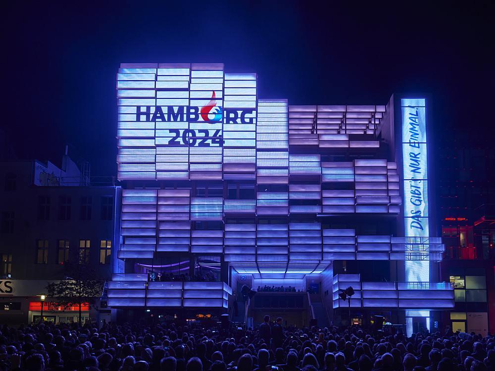 Medienfassade am St Pauli Clubhaus bei der Eröffnung im Jahr 2015 (Foto: Oliver Fantitsch)