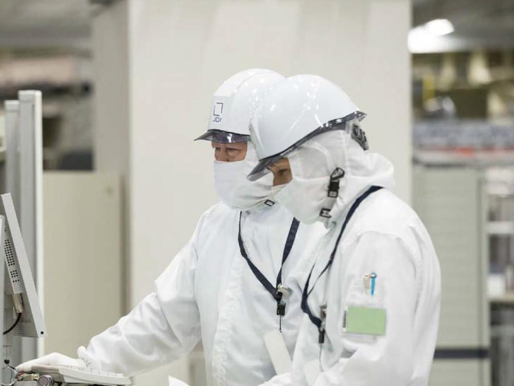 Mitarbeiter von JDI in einer Displayfabrik (Foto: JDI)