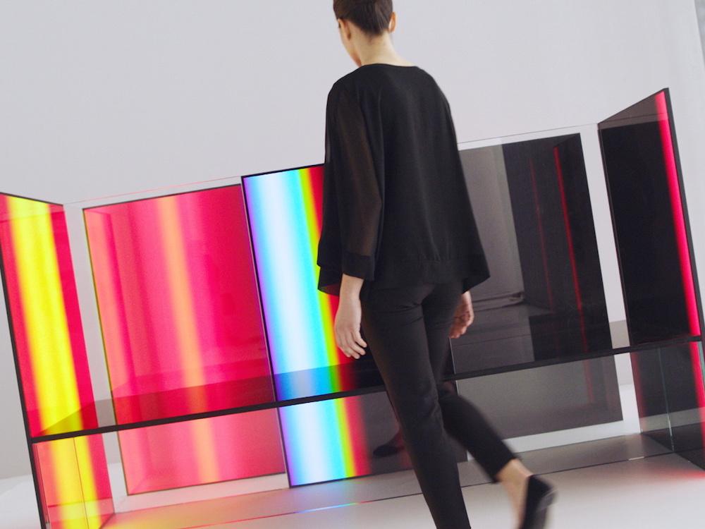 Stühle aus Screens und einer Glasplatte (Foto: LG)