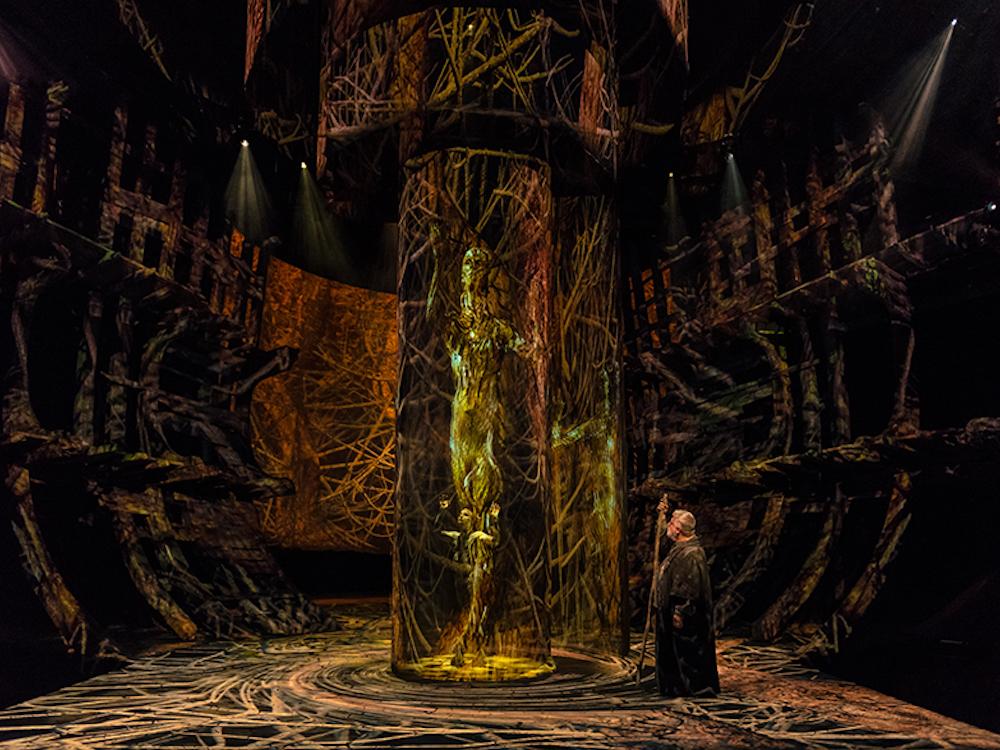 """Virtueller Ariel und realer Prospero in Shakespeares """"Der Sturm"""" (Foto: d3 Technologies)"""