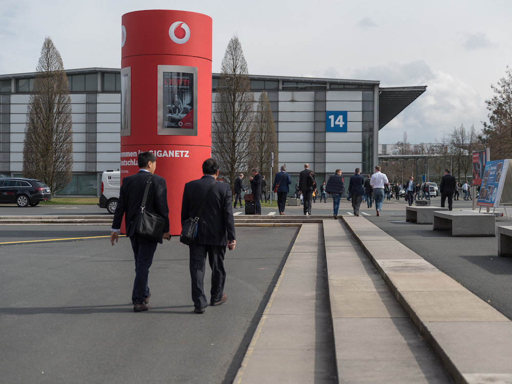 Während der Messe nutzte Vodafone den mit 75 Zoll Screens ausgestatteten AdScreen Tower zur Ansprache der Messebesucher (Foto: Gundlach Seen Media)