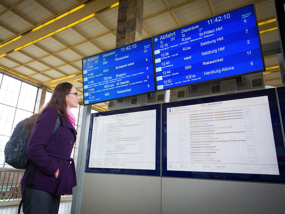 CDM4300R Screens im Einsatz in einem Bahnhof (Foto: ViewSonic)