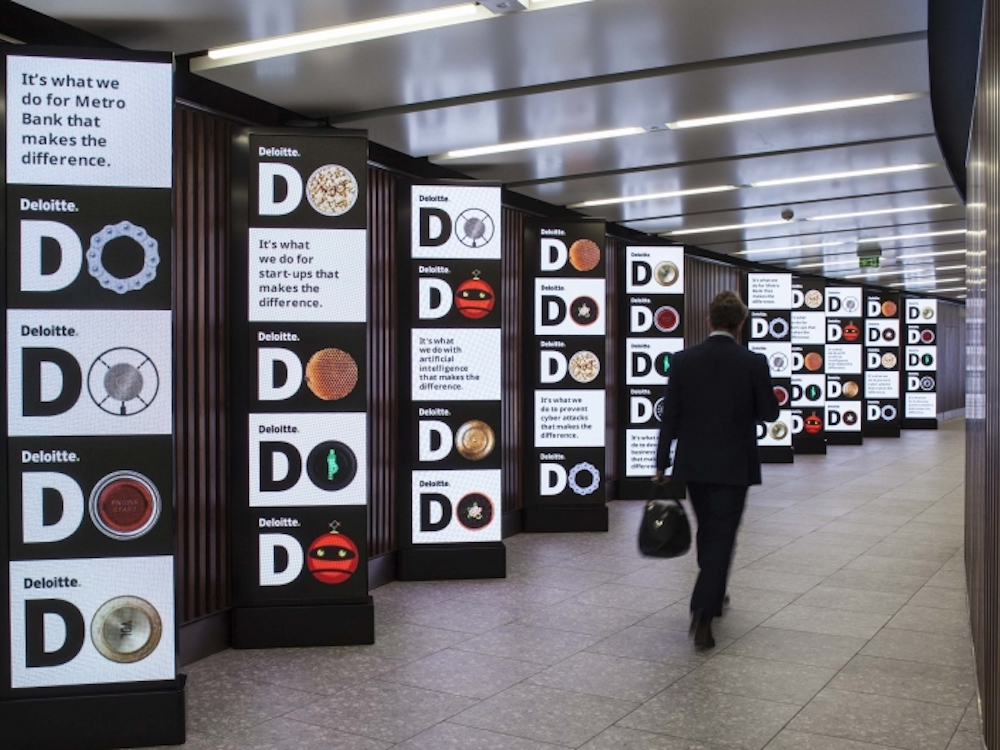 Delotte wirbt auf den Admemori Screens in Heathrow (Foto: JCDecaux)