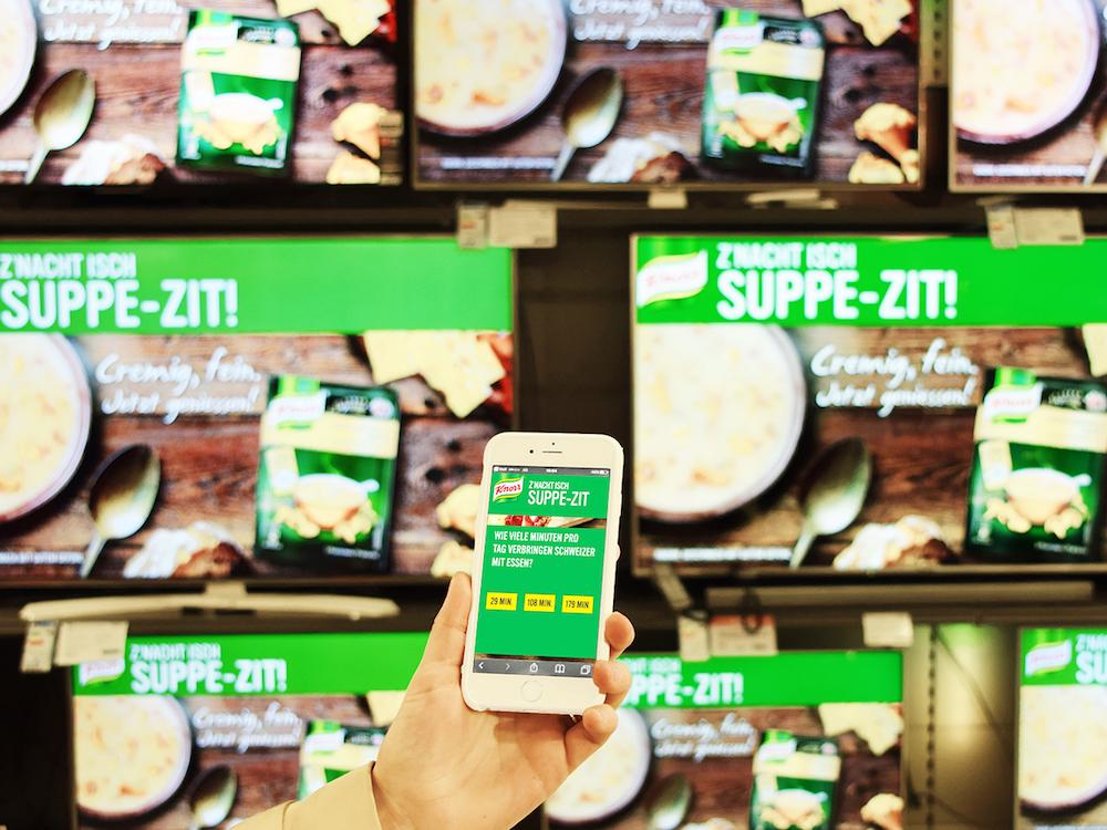 DooH Screens und Smartphones wurden bei der Kampagne für ein interaktives Quiz genutzt (Foto: Goldbach Media Switzerland)