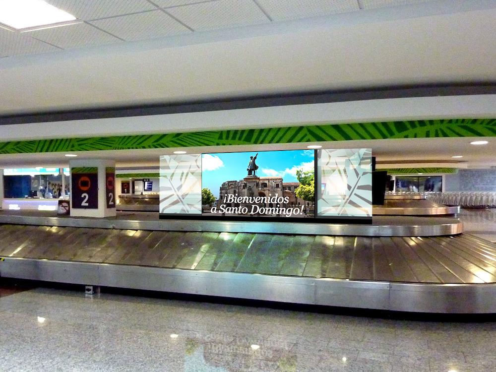 Gepäckbänder und weitere Standorte werden mit DooH Screens ausgestattet (Foto: Business Wire)