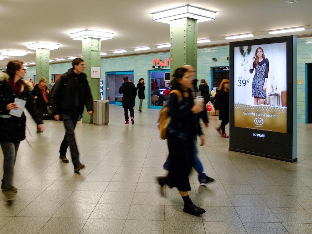 Kampagne für C&A am U Bahnhof Alexanderplatz (Foto: Dentsu Aegis)