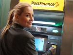Etwa 1.000 ATMs betreibt die Bank schweizweit Kundin am Postomat (Foto: PostFinance AG