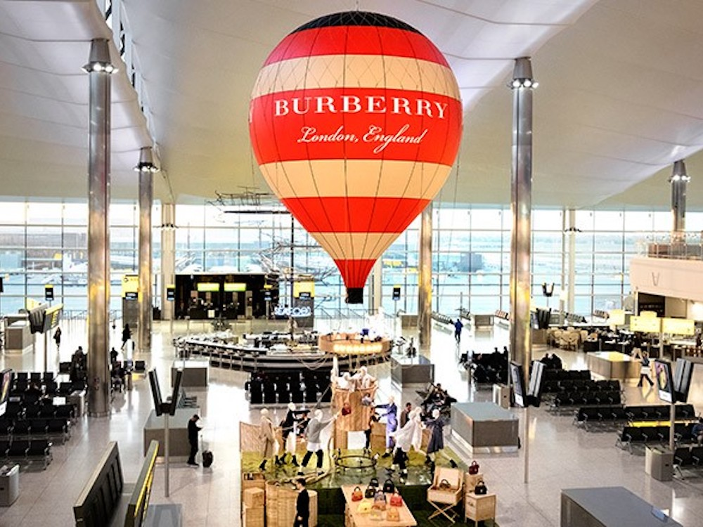 Mit diesem Pop-up Store zeigt Burberry Präsenz am Airport Heathrow (Foto: Burberry)