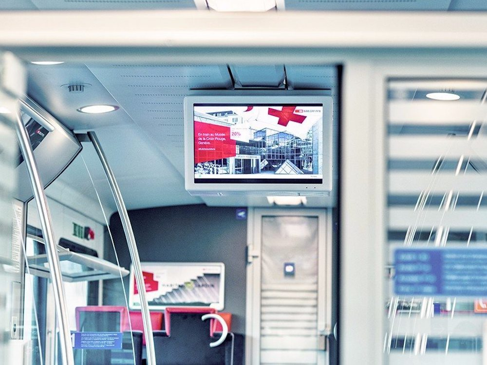 Screen von passengertv in einem Zug der SBB (Foto: passengertv)
