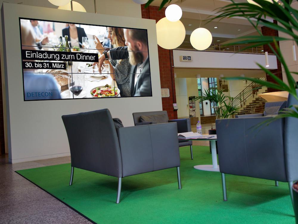 Die Video Wall im Empfangsbereich besteht aus 46-Zöllern (Foto: Samsung)