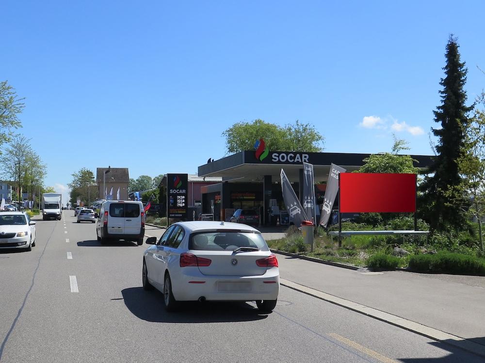 Plakatstelle vor einer Tankstelle von SOCAR (Foto: APG|SGA)
