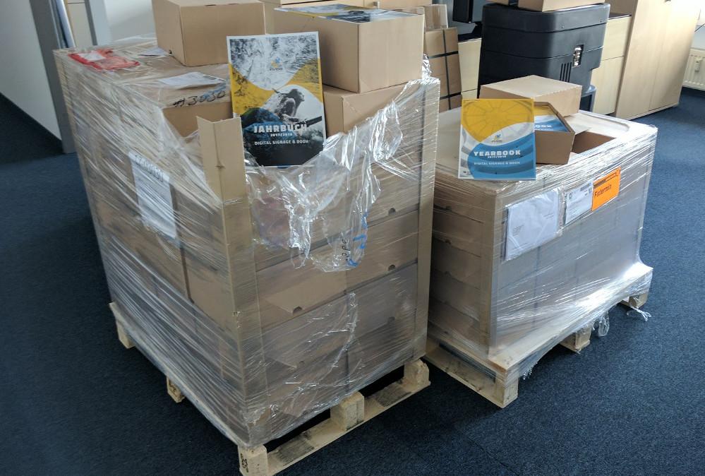 Mehr als 1 Tonne Papier - heute morgen druckfrisch geliefert (Foto: invidis)