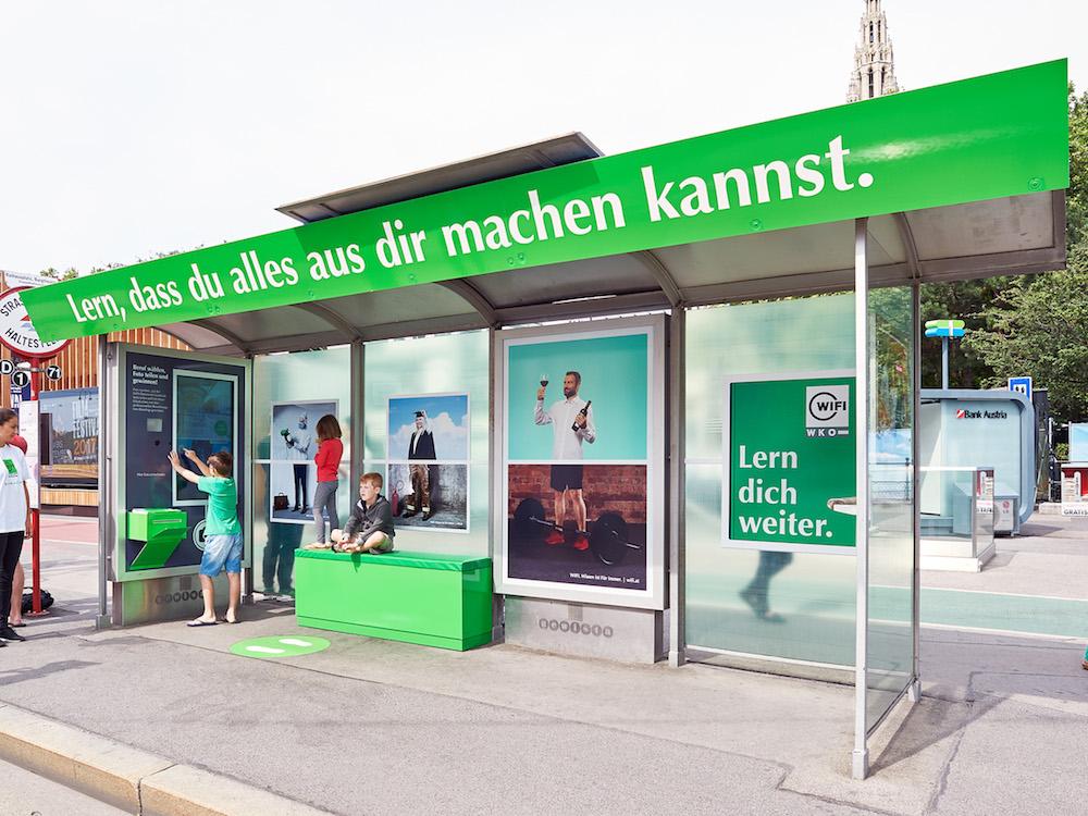 Analoge und digitale Werbemittel geben der Kampagne den Drive (Foto: Gewista)