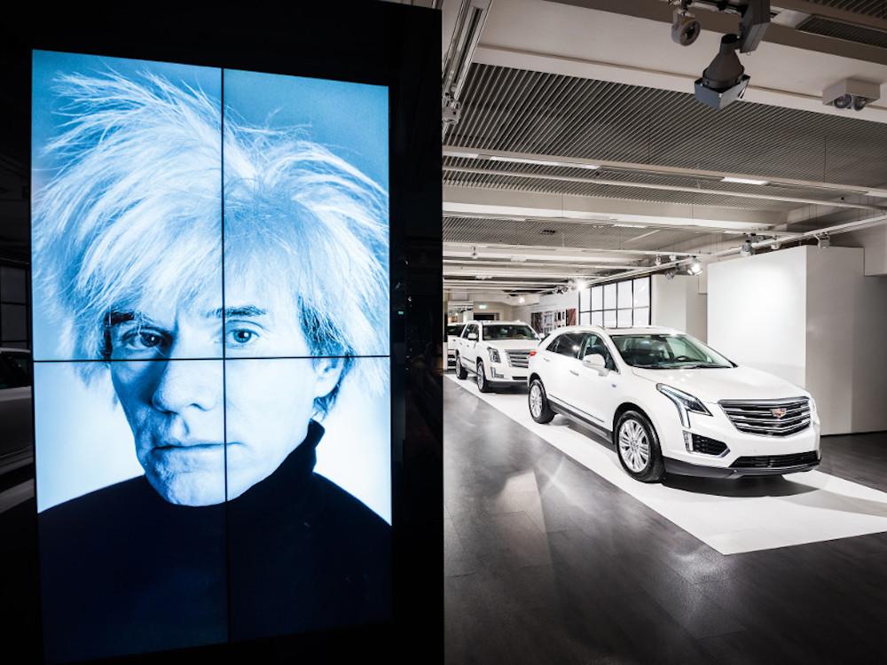 Andy Warhol Superstar an der Isar – die berühmteste Weißhaar-Perücke der Welt und die weißen Caddies ergänzen einander perfekt (Foto: Cadillac)