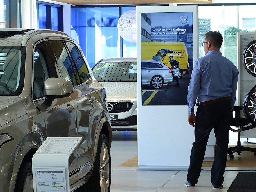 Digital Signage-Stele in einem Schweizer Volvo Showroom (Foto: Littlebit Technology)