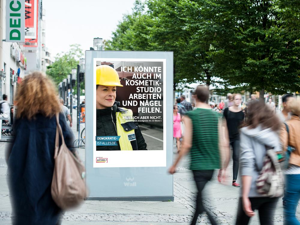 Eines der drei Motive der Demokratie-Kampagne (Foto: planus media)