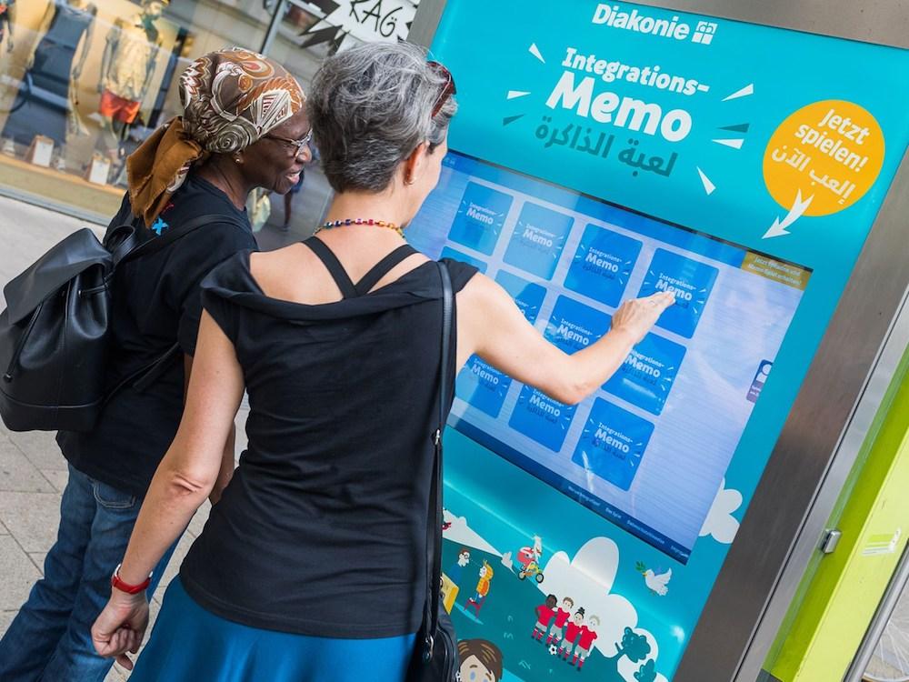 Integrations-Memo auf einem interaktiven Citylight (Foto: Epamedia)