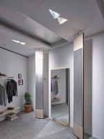 Mit Reflektoren und durchdachtem Lighting kann ein moderner Fitting Room auch dem Umsatz auf den Sprung helfen (Foto: Vitra / Ansorg)