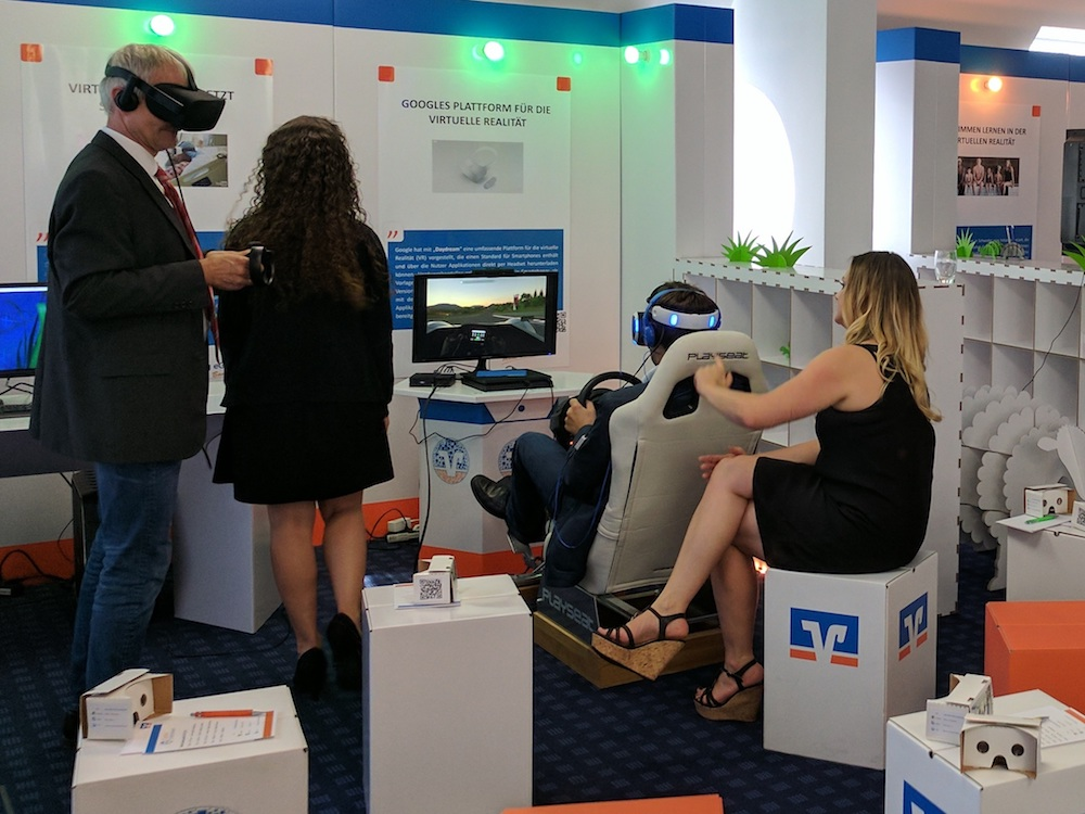 Promotorinnen und Kunden in der Digitalen Erlebniswelt (Foto: NCR)