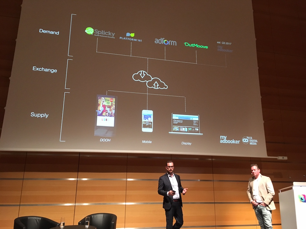Von links: Sebastian Op het Veld und Roel Pennings stellten verschiedene DooH Projekte mit Programmatik-Ansatz vor (Foto: invidis)