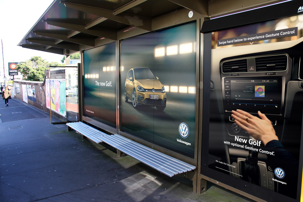 VW Australia DooH Kampagne mit Gestensteuerung (Foto: Adshel/VW)